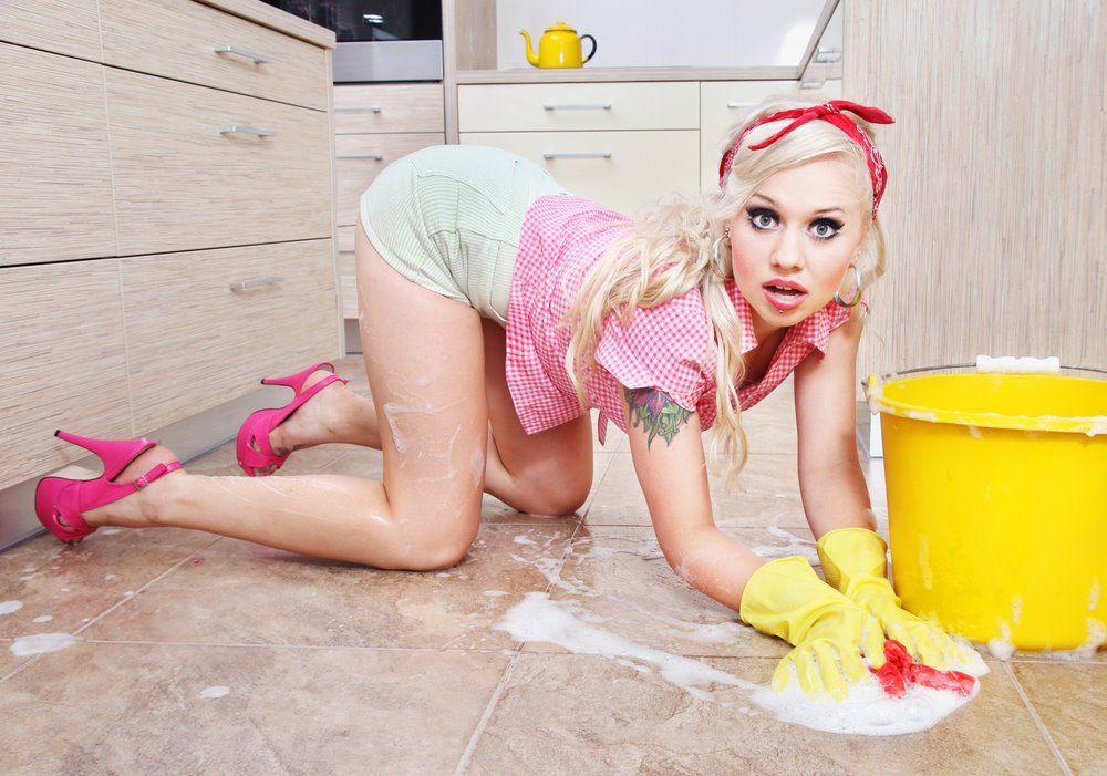 Белокурая домохозяйка показывает свои смачные формы  373992