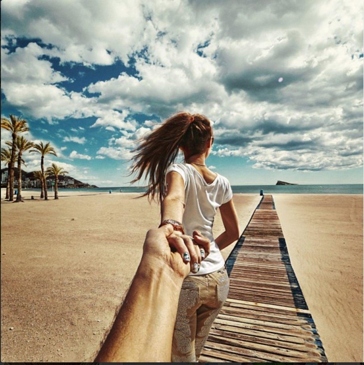 Спина девушки её держит парень за руку 10 фотография